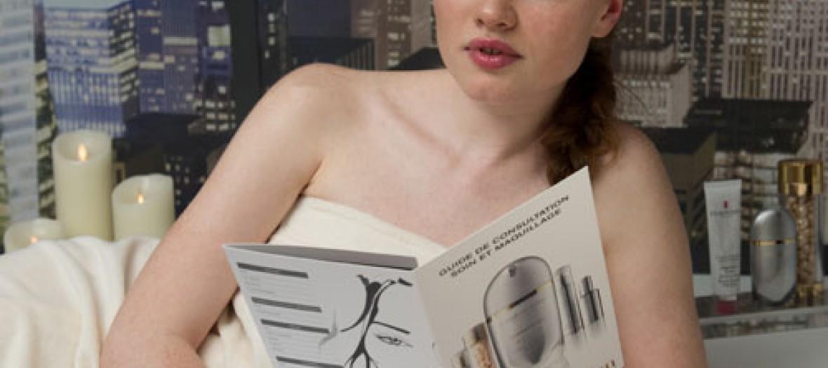 Doit girl lisant le guide de soin Elizabeth Arden