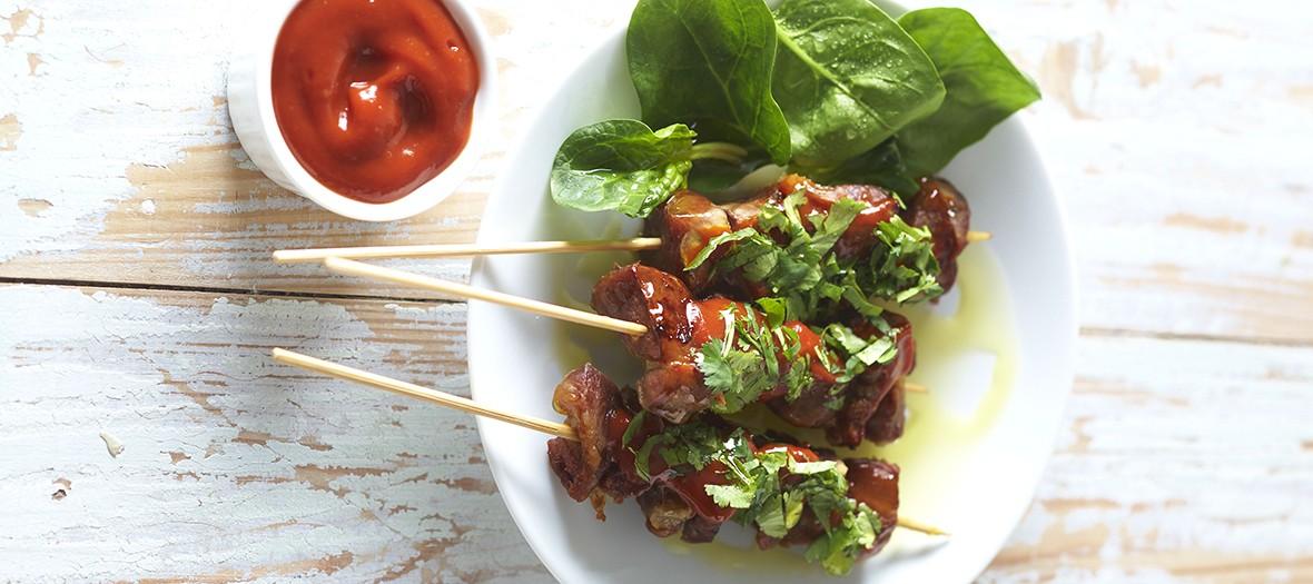 Assiette de brochettes de porc aux herbes et ketchup