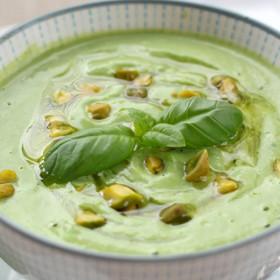 Bol de soupe à la courgette et aux pistaches