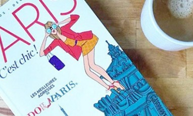 City Guide Do It In Paris avec une tasse de café