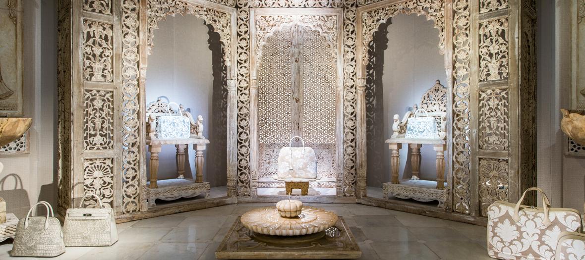 herm s tire d aile l exposition sur le la menchari au. Black Bedroom Furniture Sets. Home Design Ideas
