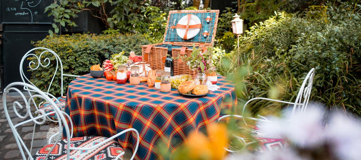 Un pique-nique sur table au jardin secret de l'Hôtel Particulier Montmartre