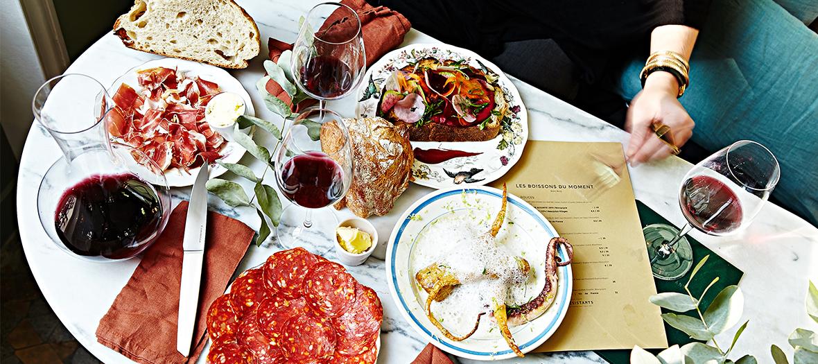 Plats du restaurant, charcuteries, fromages, vin