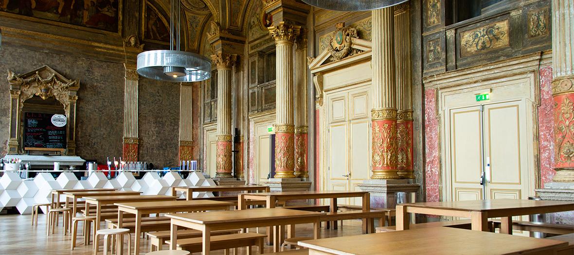 tables dans une grande salle