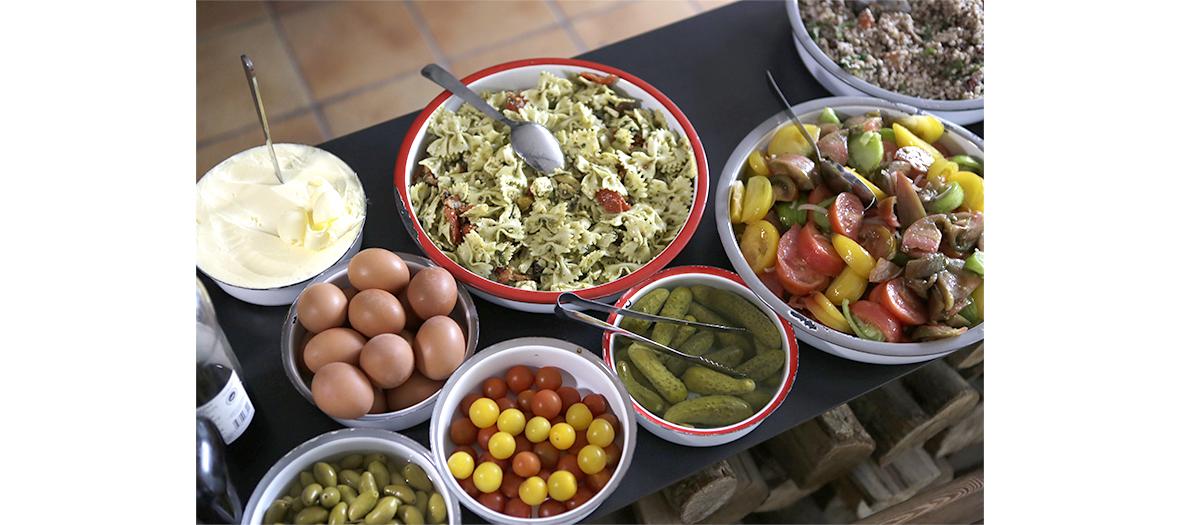 pates, oeufs, cornichons, salade de tomates du brunch brunch liberte benoit castel
