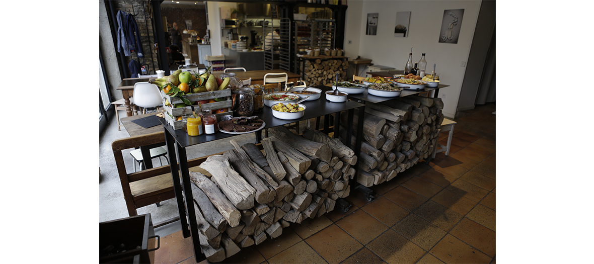 Table en bois du brunch Liberte Benoit Castel