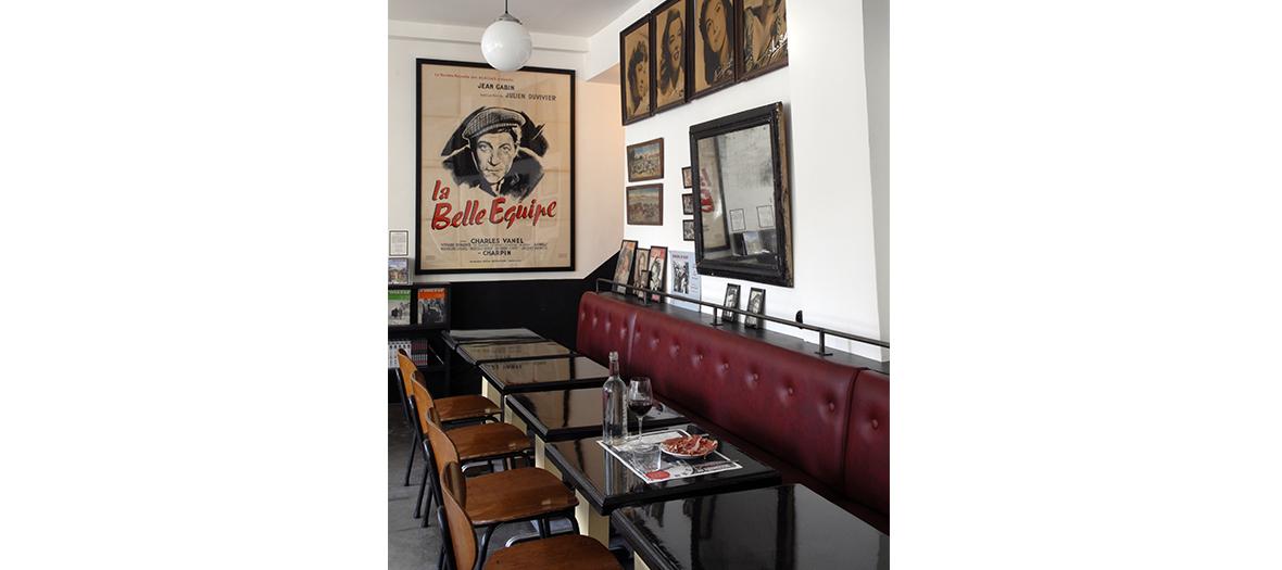 espace cafe avec tableaux sur le mur