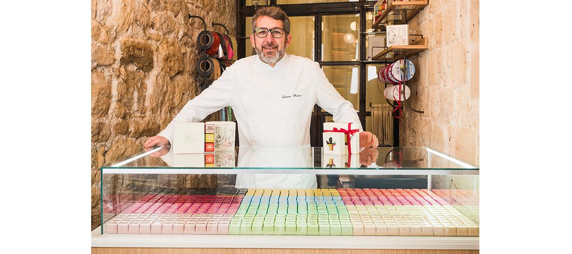 Le chef Laurent Moreno dans la chocolaterie Le Bonheur
