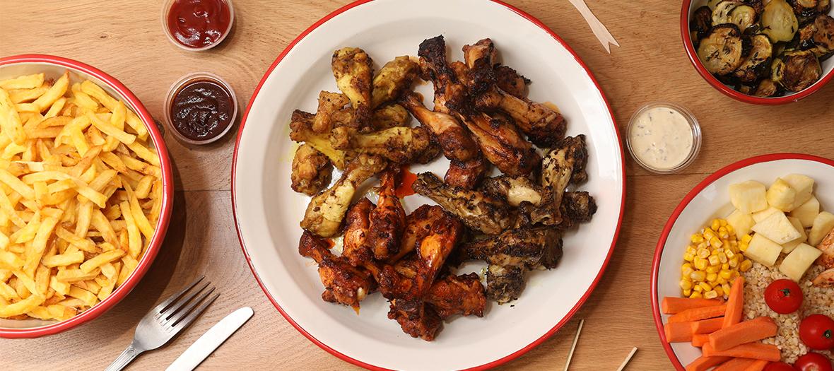 Plat de poulet avec frites et legumes comme accompagnement