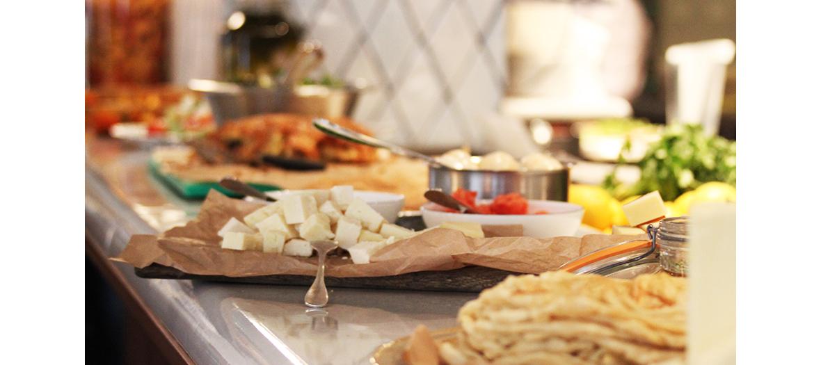 Table du brunch avec crème de sésame, petites salades de carottes, tomates, concombres, labneh, de jus tout frais