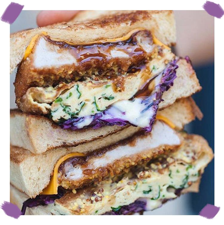 Le Club sandwich escalope, fromage, chou, omelette aux légumes