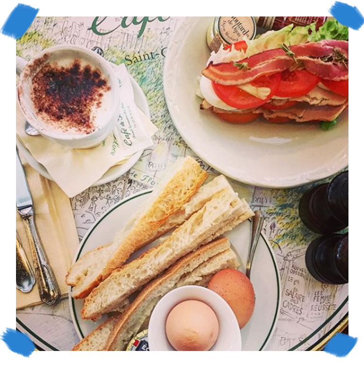 Le Club sandwich sans pain ni mayo avec bacon, poulet, tomate, salade, oeuf dur