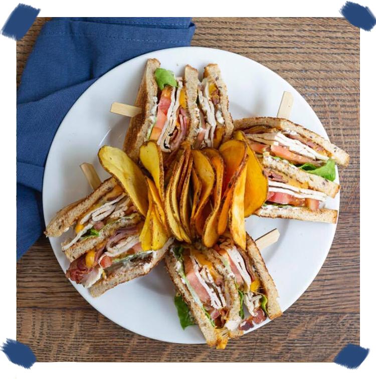 Le Club sandwich classique, dinde, bacon, salade, cheddar et mayonnaise