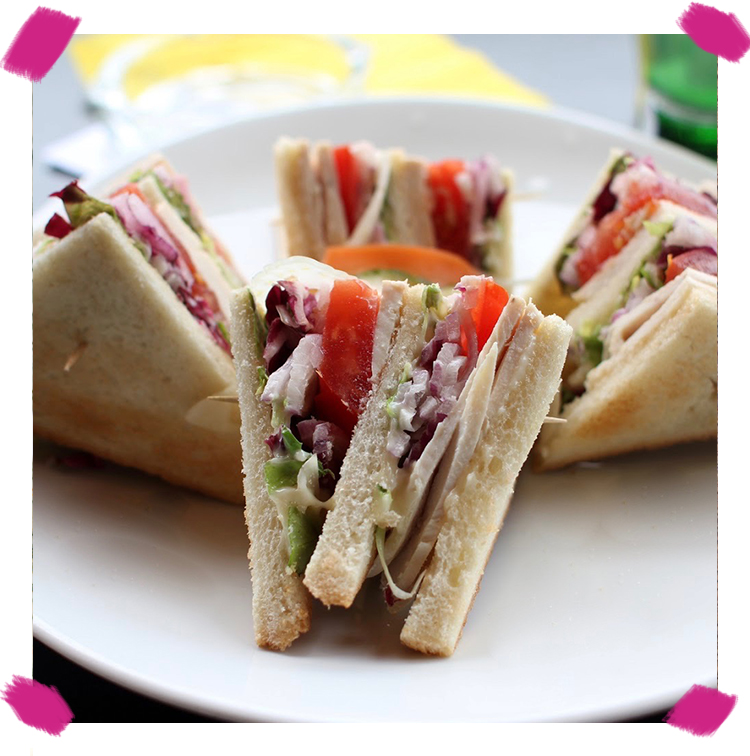 Club sandwich pain toasté, mayo maison, poulet, bacon, salade, tomate, oignon