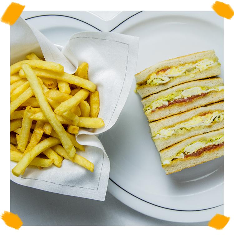 Le Club sandwich veggie au poulet, au saumon et des frites