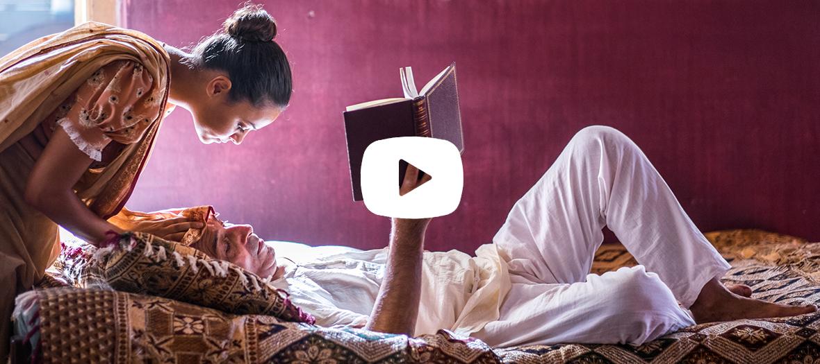 extrait de la serie avec Roshan Seth et Aysha Kala