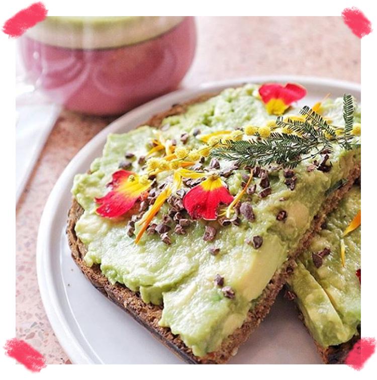 Avocado toast avec des fleurs