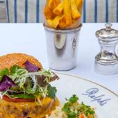 Le fameux burger du restaurant le Ralph en terrasse