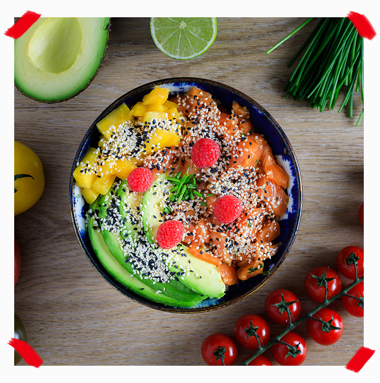 Poke bowl saumon, mangue, avocat, mangue, carotte, riz