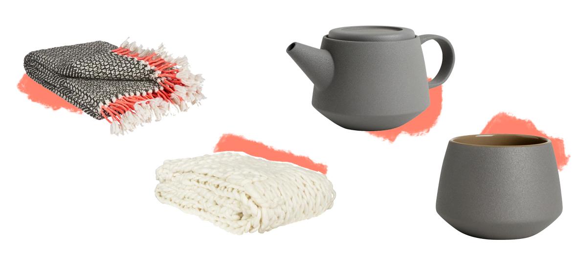 plaid gris et blanc à pompons corail, couverture  en grosse maille écru, theiere en grès et tasse-timbale assortie
