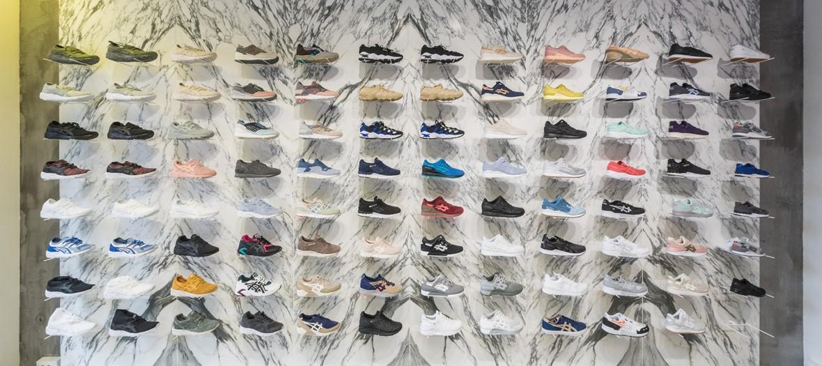 Etagère de sneakers de la boutique Asics