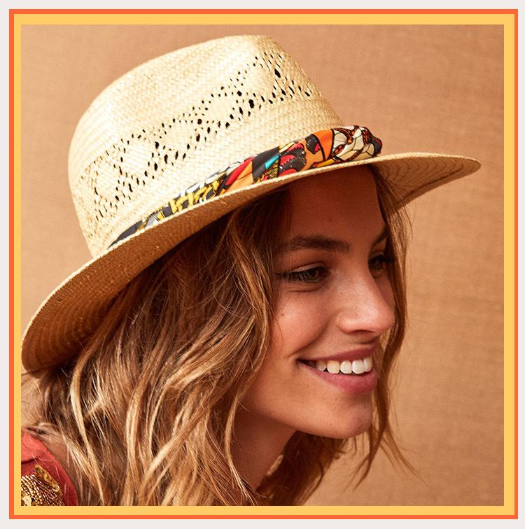 chapeau de paille avec un foulard