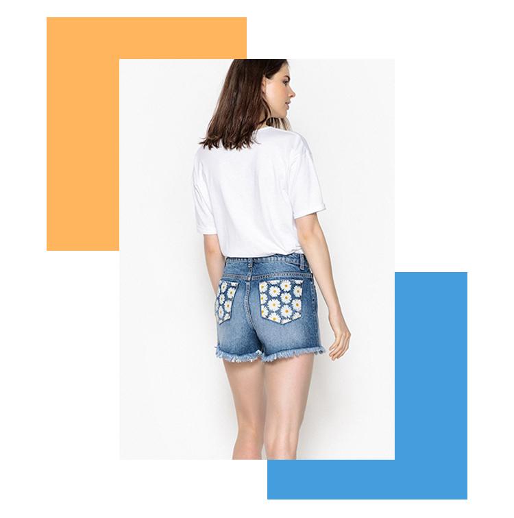 Short en jean avec motif fleurs