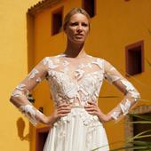Mannequin posant dans une robe de mariage margaux tardits