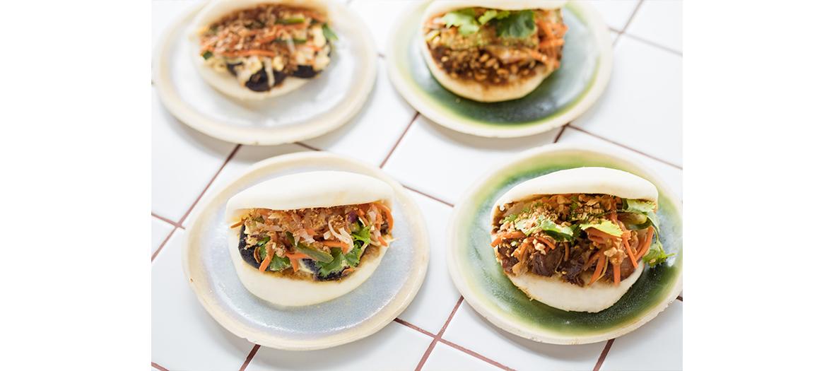 Cocktails et des plats d'inspi hongkongaise avec raviolis veggie, poulet frit et autres baos