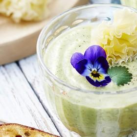 Recette gaspacho au concombre, courgette, basilic, fromage et fleurs de pensée