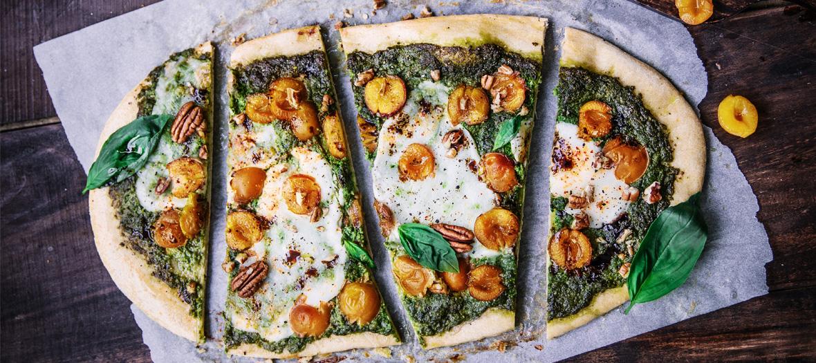 Pizza d'automne aux mirabelles, pesto vert, burrata, basilic et vinaigre balsamique