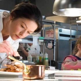 Chef cuisinière en train de faire un plat au rallye gourmand