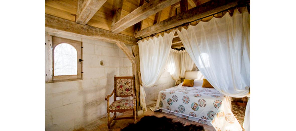 chambre du château du Rivau avec tissus en soie, baldaquins et coussins matelassés