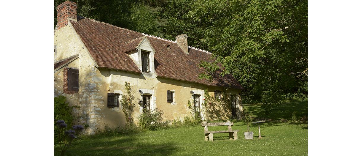 Maison de campagne bucolique avec des pierres jaunes