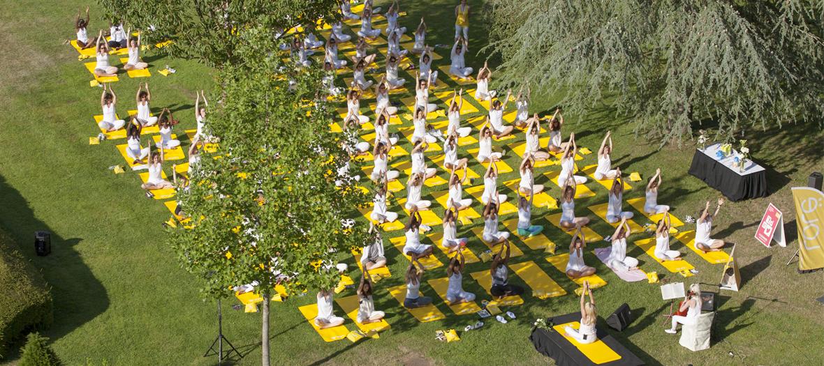 Cours de yoga dans les jardins du château
