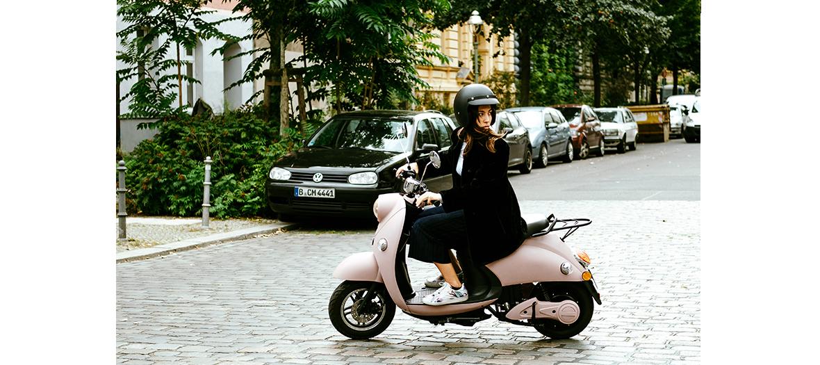 Scooter électrique au look et aux couleurs rétro