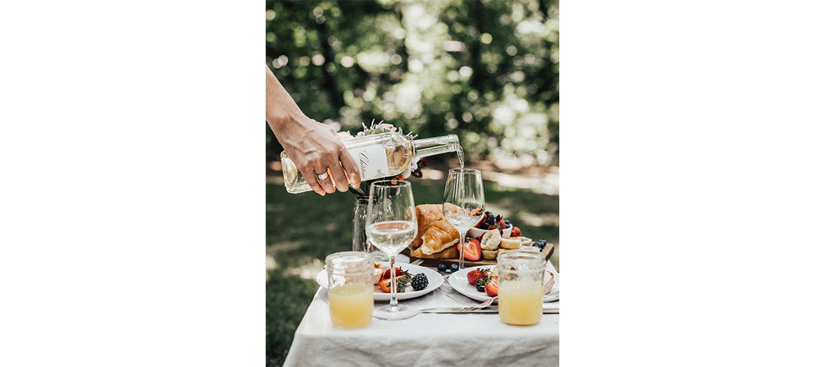 Stylish outdoor happu hour with white wine