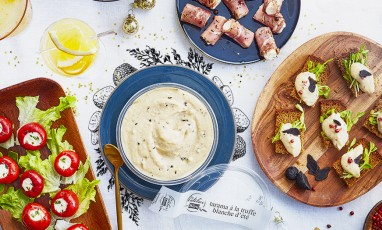 Atelier blini evening that includes a terrific tarama or with white summer truffle, houmous and tzatziki, Préfous, the famous breads with white truffle and brie or fresh garlic and parsley, without forgetting falafels and Mediterranean mezzes