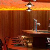 Salle intérieures et plats du Steam Bar