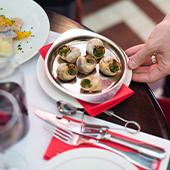 Plat d'escargots de bourgogne des chefs Benjamin Moréel et Christopher Préchez et ambiance intérieur du restaurant le Pharamond