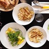 Plats de bonite et sa purée, jus de vin blanc et oignons roscoff, les fameuses cacio e pepe, spaghetti fraîches comme à Rome au pecorino et poivre et ambiance du Biqtrot Le Maquis