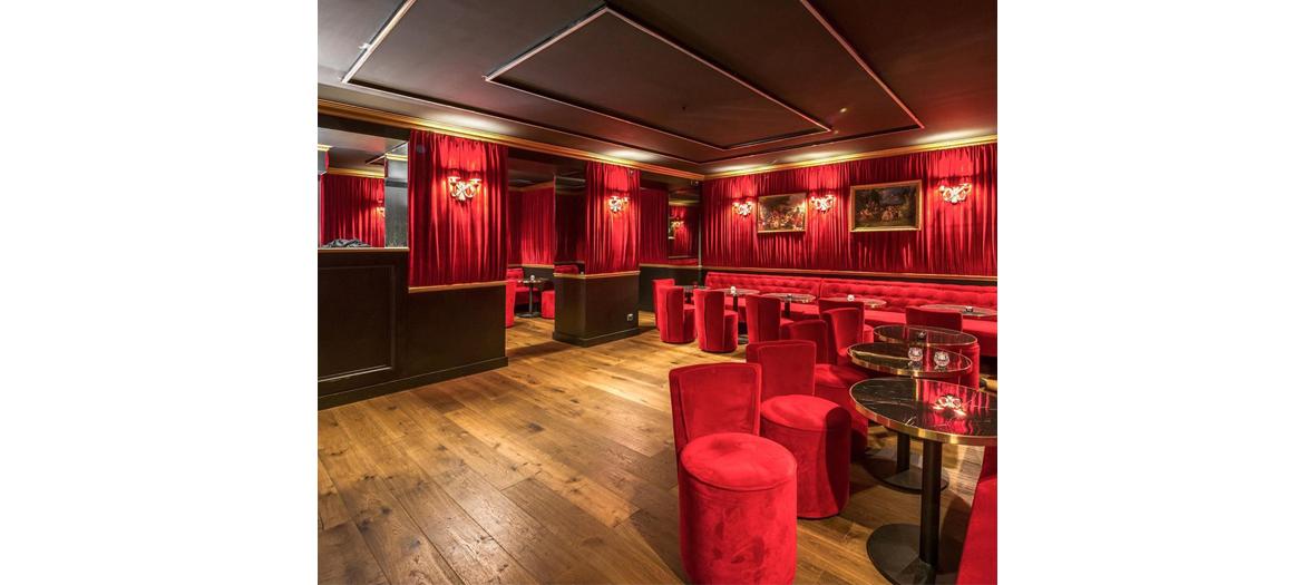 L'ambiance du bar à cocktails boudoir festif de la brasserie Sacré Frenchy