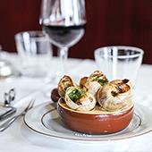 Ambiance intérieur et plat d'escargot de la brasserie Sacré Frenchy