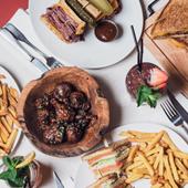 Burger, club sandwich et cocktail chez Schwartz's Deli