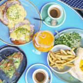 Plats d'oeufs bénédicte avec jambon, burger avec filet mignon mariné, parmesan, pesto, chutney de tomate, Jus de fruits et café du chef Oscar Verlant