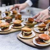 Plats de menu big-mac, mini-burgers, anti-junk-food d'Alain Ducasse