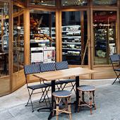 Façade et Terrasse du café-Epicerie-Superette Petit Plisson de Timothée Lacour et Pauline Poirier