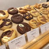 Les Cookies au chocolat Valrhona, farine bio, beurre AOC, noisettes du Piémont