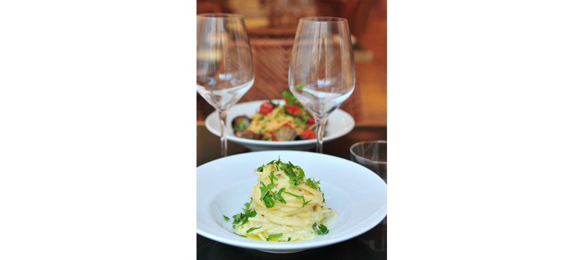 Plats de scaloppine al limone, la spaghettata di mezzanotte au cœur de burrata, citron et piment du restaurant Supernova