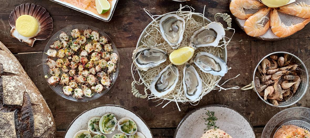 Plateau de fruits de mer avec des huitres à l'Oyster club à Paris